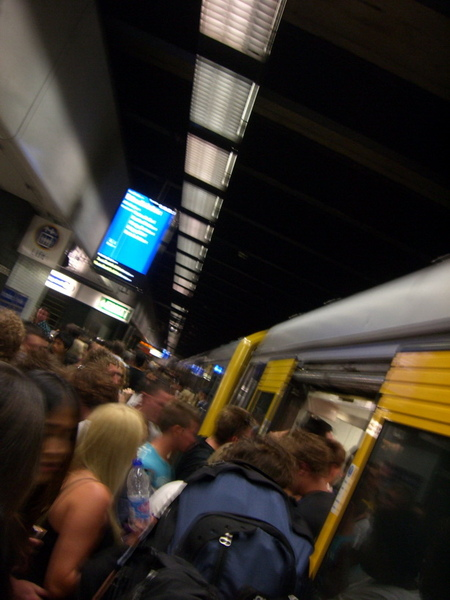 越靠近倒數 地鐵擠滿了人 有點恐怖