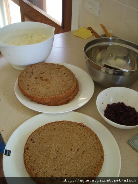 八吋錫蘭奶茶戚風蛋糕切成三片