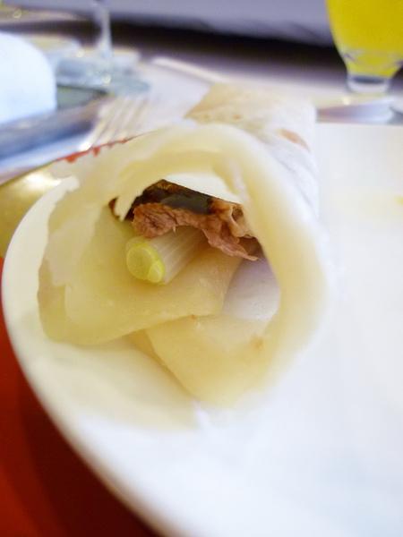 國賓自製餅皮+烤鴨肉+烤鴨皮+蔥+甜麵醬= 好好吃!!