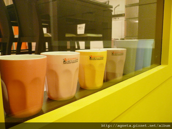 2F 電視牆下擺滿朋友們送的彩色杯子們當裝飾