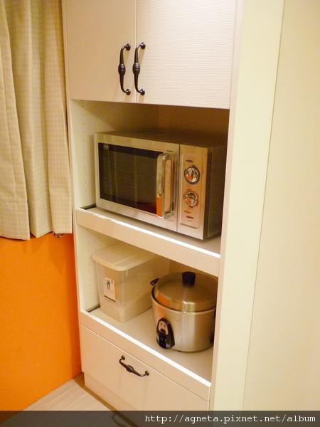 2F 電器櫃  是系統櫃做的 特地挑跟廚具一樣白色花紋面版去做