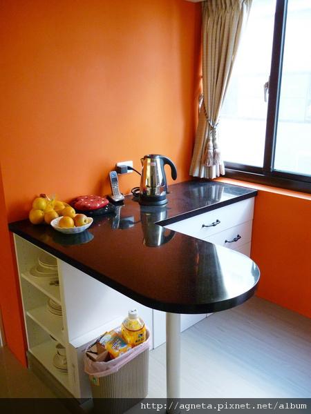 2F 小吧台區  底下是架高木頭地板做區域分隔 吧台也是系統櫃做的