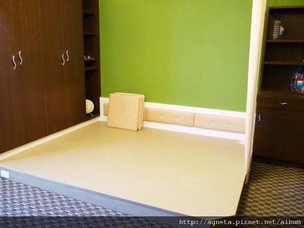 4F 客房 架高木頭地板 放上記憶墊睡覺很舒服喔 旁邊還有米色蛇簾
