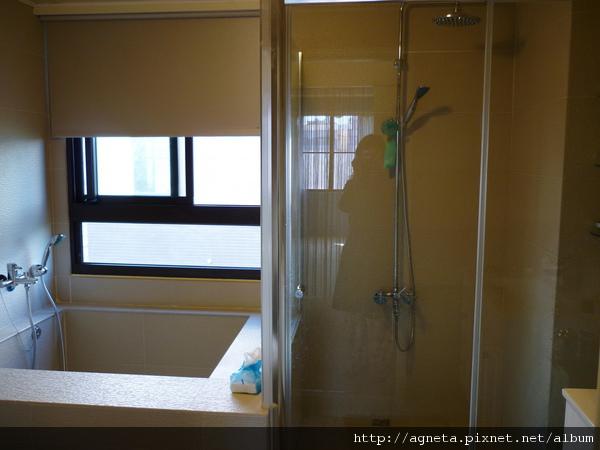 3F 主臥室衛浴 建商給的乾濕分離+大浴池  大花灑沖水時候很舒服