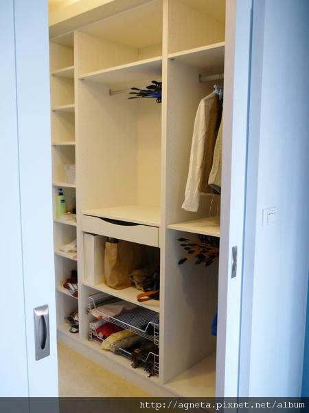 3F 主臥更衣室內部是用系統櫃