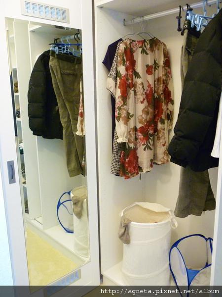 3F 主臥更衣室拉門內側是兩片全身鏡片