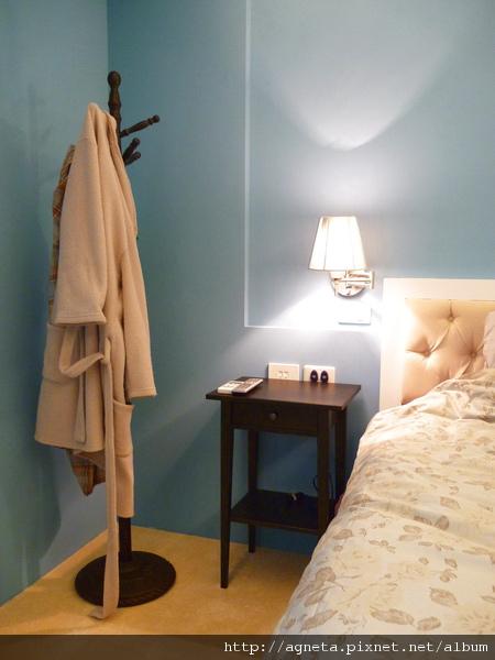 主臥室好不容易買到床邊桌