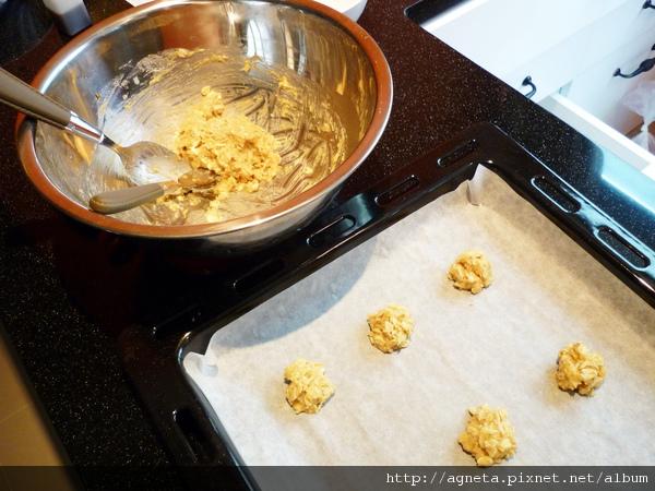 分成小球放在烤盤上