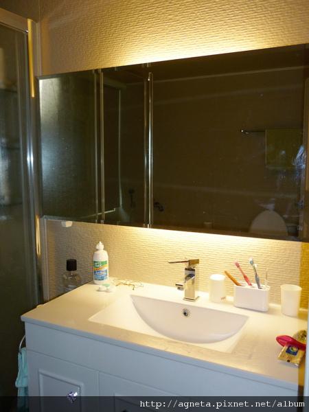 主衛浴 鏡子上下裝燈管的效果