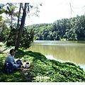 河邊野餐 悠閒地坐著看風景