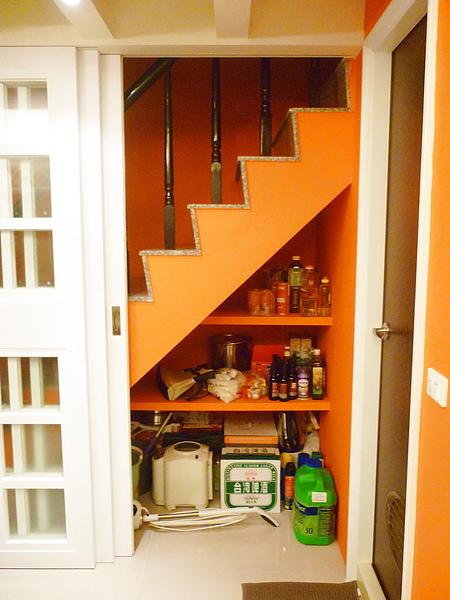 最右片拉門下是樓梯下收納