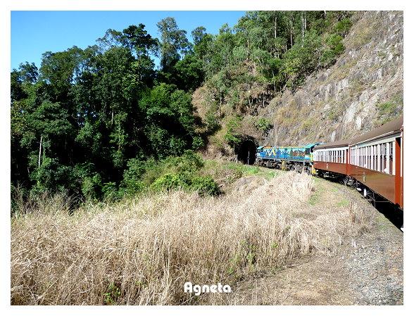 這趟火車一共經過15個山洞