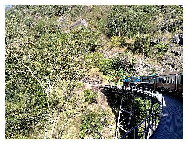 經過瀑布的橋