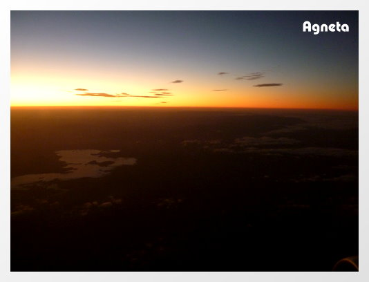 Cairns往Perth飛機上,日落了。要飛行五個小時。。。。