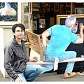 老王身後不是真人喔 是一個木頭畫版人像