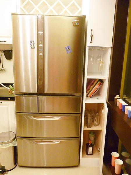 冰箱旁邊有放酒杯的地方