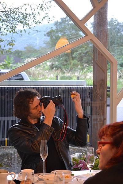 20111213-5光可透人的桔瓶,謀殺了記者們的底片.jpg