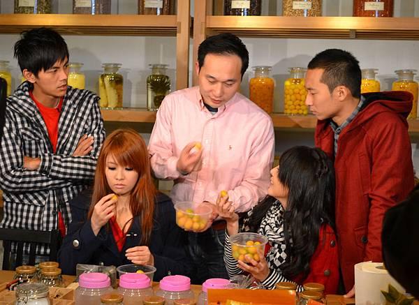 20111225-2到橘之鄉當然要吃蜜餞做DIY啊.jpg