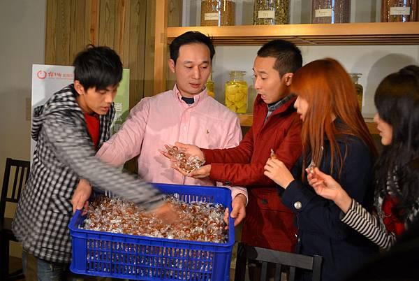 20111225-5橘之鄉的經理拿出一整箱的蜜餞浩翔對賭玩遊戲.jpg