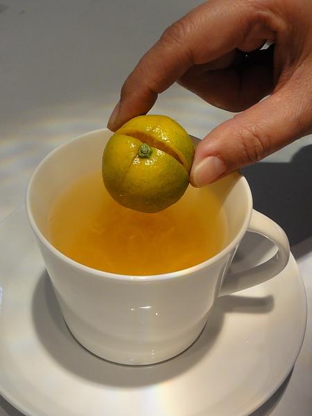 金桔擠汁後放入杯中