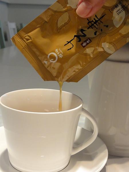 將金棗茶倒入杯中