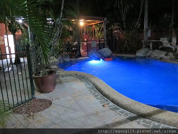 3-120-夜間的小泳池