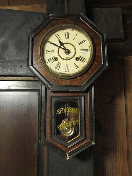 170-房裡的鐘不動了、純裝飾.JPG