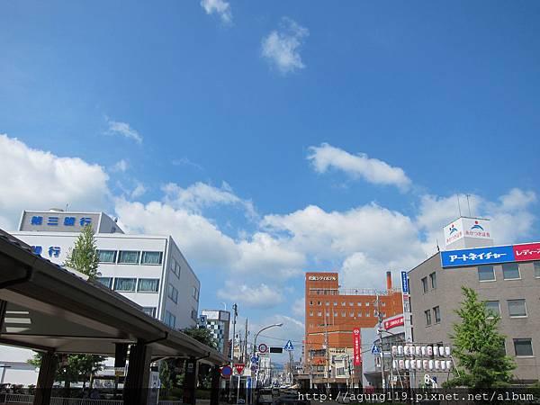 049-今天住的旅館出松阪站JR口、右中那棟紅色建物