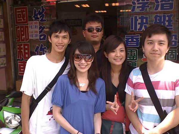 23-05-08_辣妹跟英俊小哥(中間-小丁).jpg