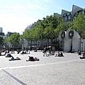 巴黎人隨地都可以趴著曬太陽