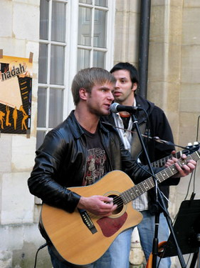 路邊廣場的街頭樂團表演