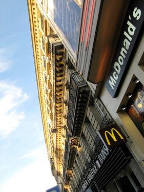 巴黎也有麥當勞..老美的入侵無所不在