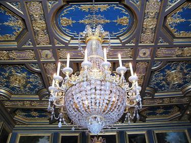 巨無霸水晶燈和天花板裝飾