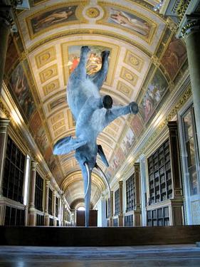 我也不懂圖書館中間這隻倒立的大象是幹麻的
