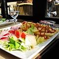 白馬吃ㄌ薯條跟火腿...這樣要7€