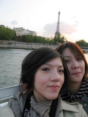 張艷遇下巴是在跟巴黎鐵塔比尖的喔