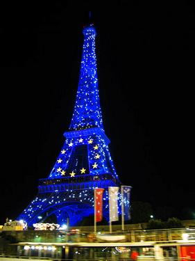 晚上的鐵塔是藍色的喔,會有雷射燈光
