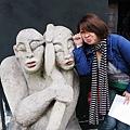 咖啡廳外的怪表情雕像