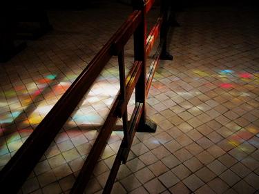 聖彼得教堂美麗的彩繪玻璃透過光線灑下來~好美