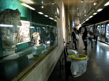 羅浮宮地鐵前一站有很漂亮的雕飾