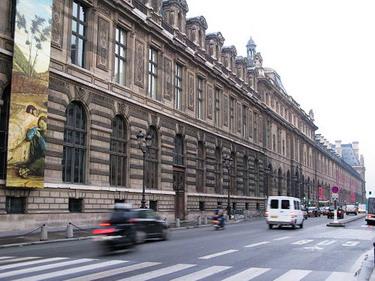 地鐵站出來就可以看到羅浮宮的側牆