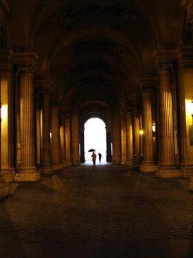 地鐵線出來的羅浮宮入口迴廊