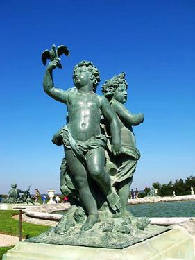 走幾步就有石膏雕像