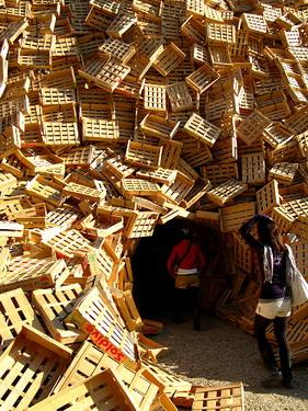 用廢木箱堆砌的空間