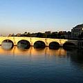河面映出的景色襯托出新橋的美