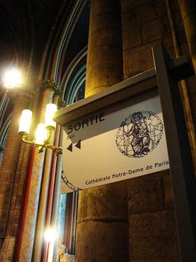 連教堂裡都有出口標誌可見觀光客有多少