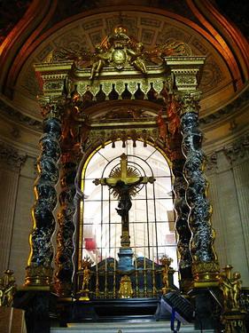 金碧輝煌的祭壇以中央耶穌基督十字架為核心,後面則是聖路易教堂