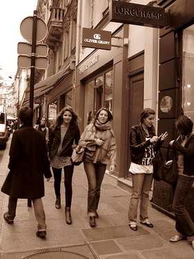 巴黎果真是時尚之都,路人隨便穿都像模特ㄦ