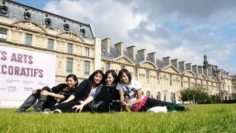 在羅浮宮前的公園假裝巴黎人的優閒