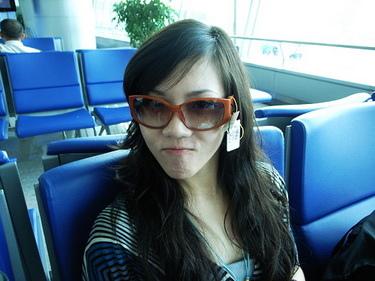 張艷遇在越南免稅新買的鱷魚牌太陽眼鏡